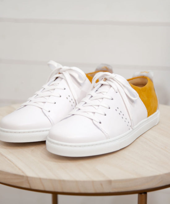 Sneakers blanches et moutarde